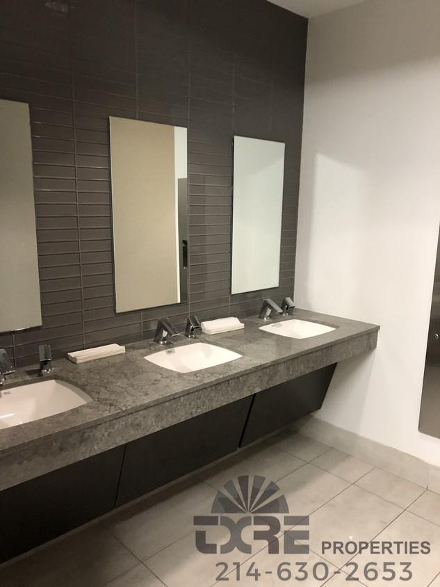 restrooms in Comerica Bank Building