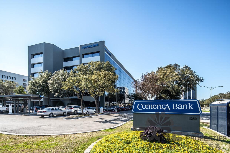 Comerica Bank Building outside entrance
